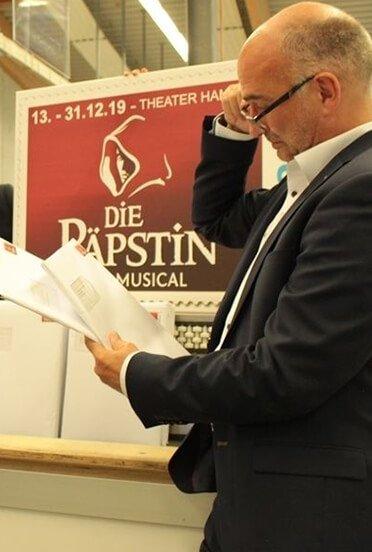 """Citipost-Briefmarken werben für Musical """"Die Päpstin"""""""